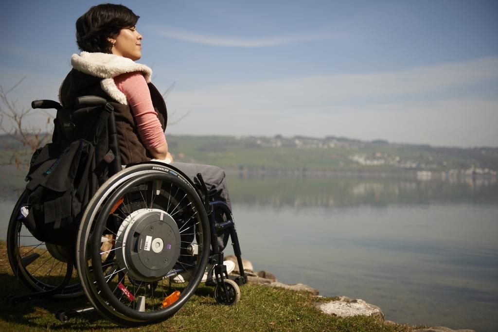 Tetraplegikerin betrachtet den See in Nottwil
