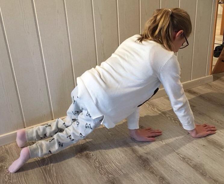 Die Elfjährige Linda Lüthi mit Spina Bifida zeigt, wie sie auf Händen gehen kann.