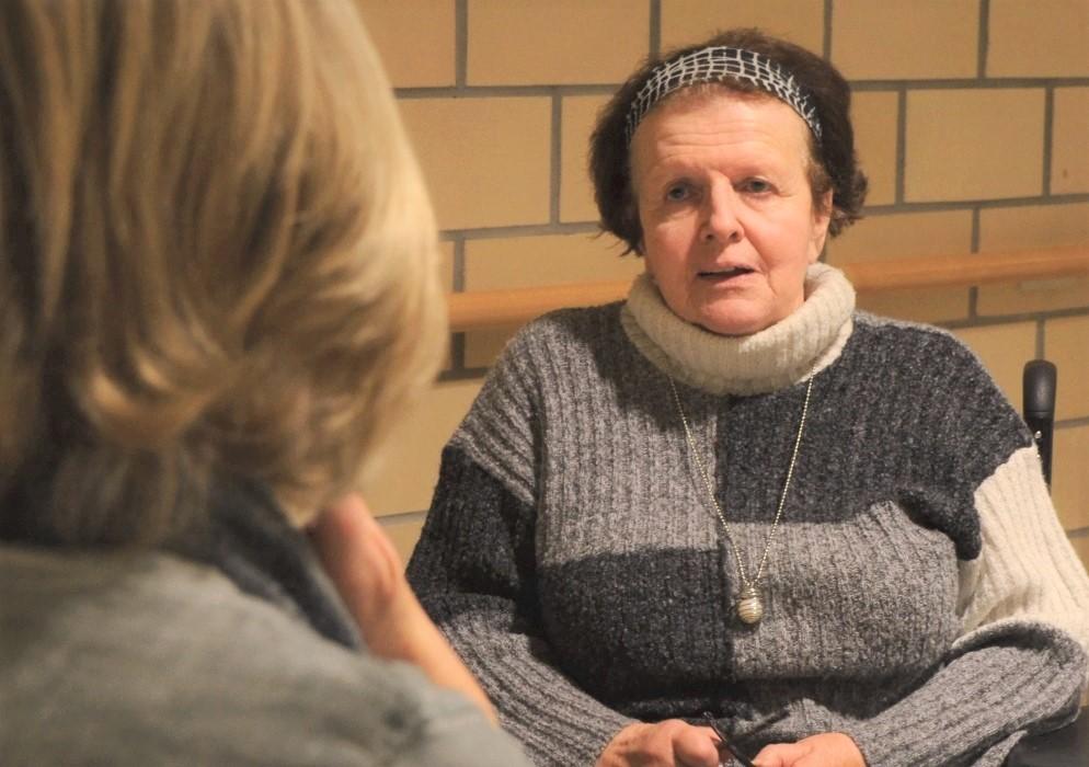 Verena Birri im Gespräch mit einer Patientin im Schweizer Paraplegiker Zentrum