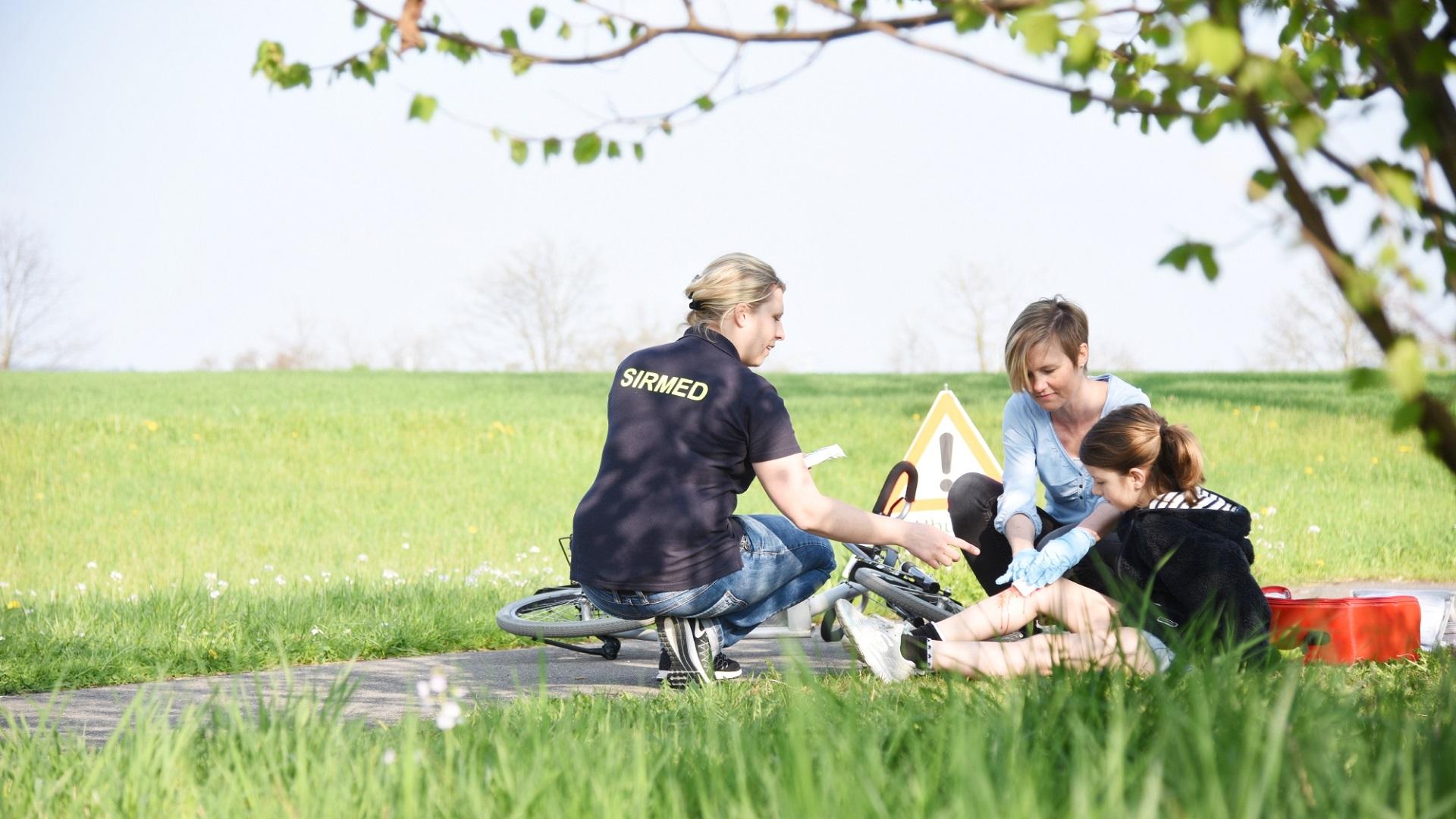 Kind wird nach Fahrradsturz behandelt