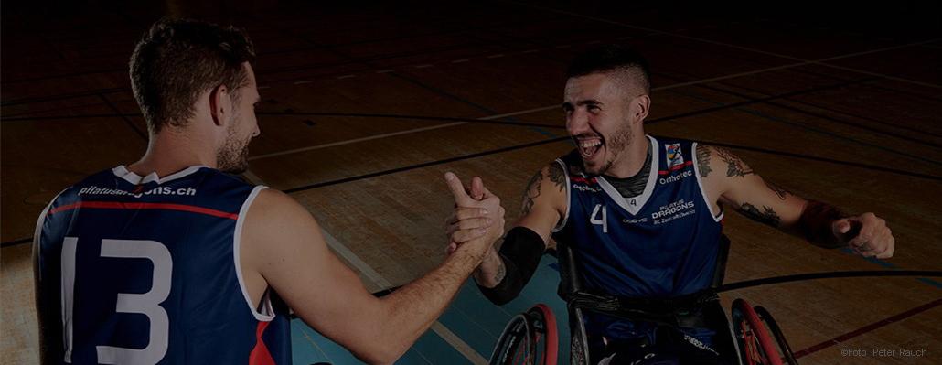 Orthotec Rollstuhlsport Basketballspieler klatschen sich ab