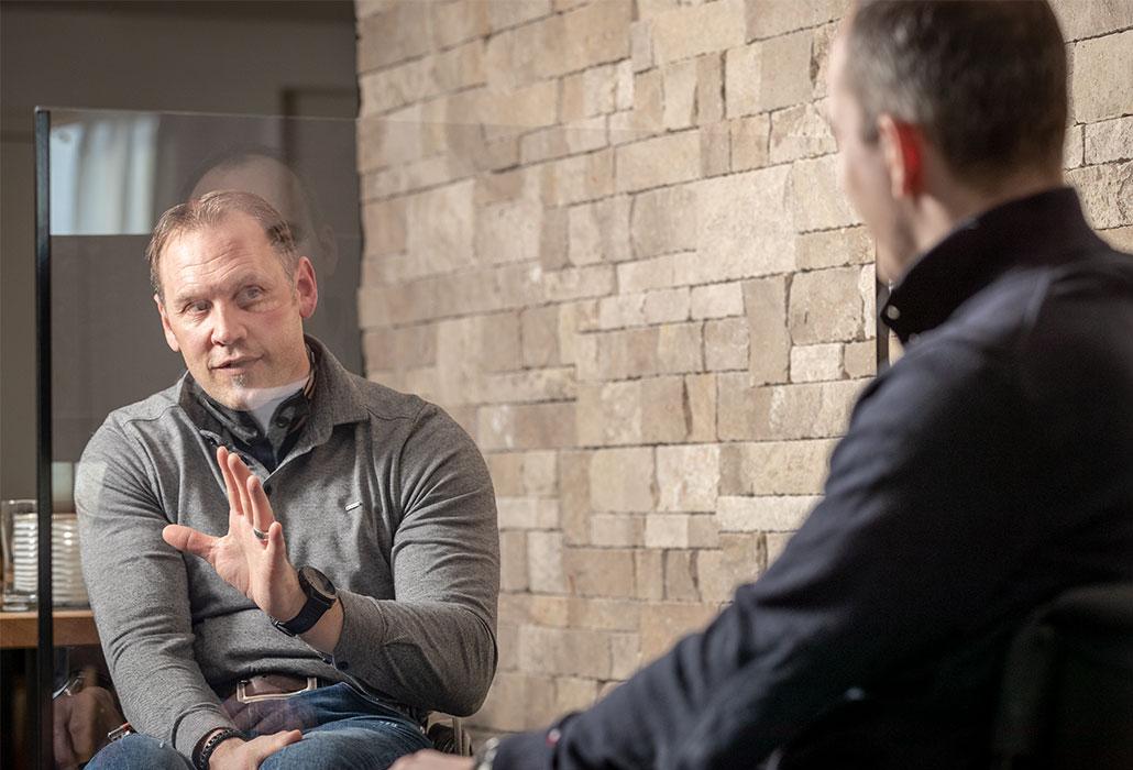 Silvano Beltrametti, ancien skieur, et Ronny Keller, ancien hockeyeur, en conversation fondation suisse pour paraplegiques