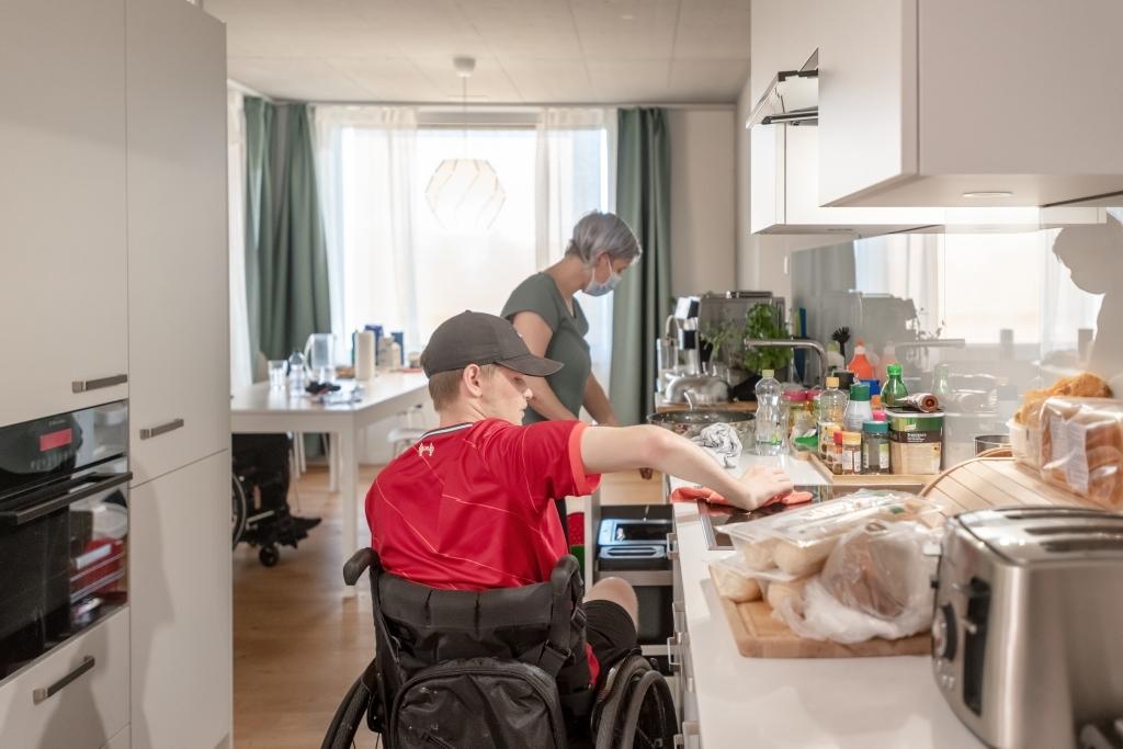 Florian putzt in der ParaWG die Küche ParaWG Parahelp Schweizer Paraplegiker-Stiftung