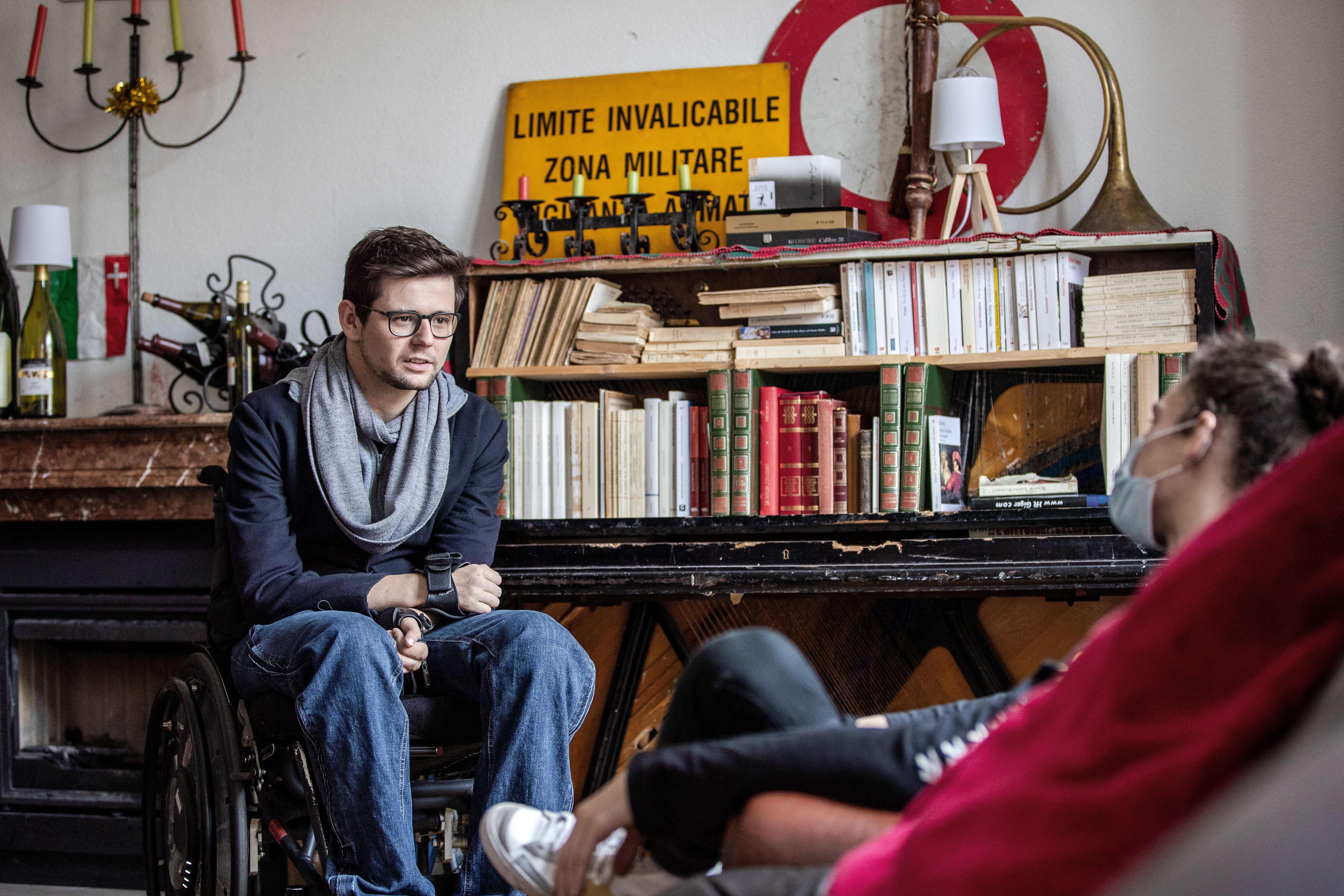 Antoine Barizzi mit Freunden im Gespräch
