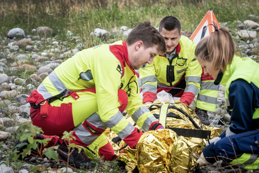 Rettungssanitäter in Ausbildung bergen Patient