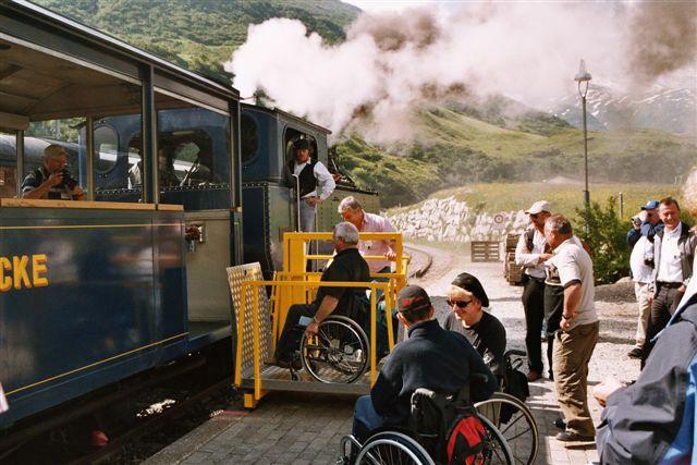 Heute wird Querschnittgelähmten der Einstieg in einen Zug nicht mehr mit Stapler, sondern mit speziellen Liften ermöglicht.
