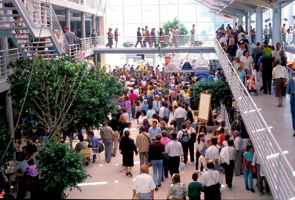Besucherandrang in der Begegnungshalle am Eröffnungstag
