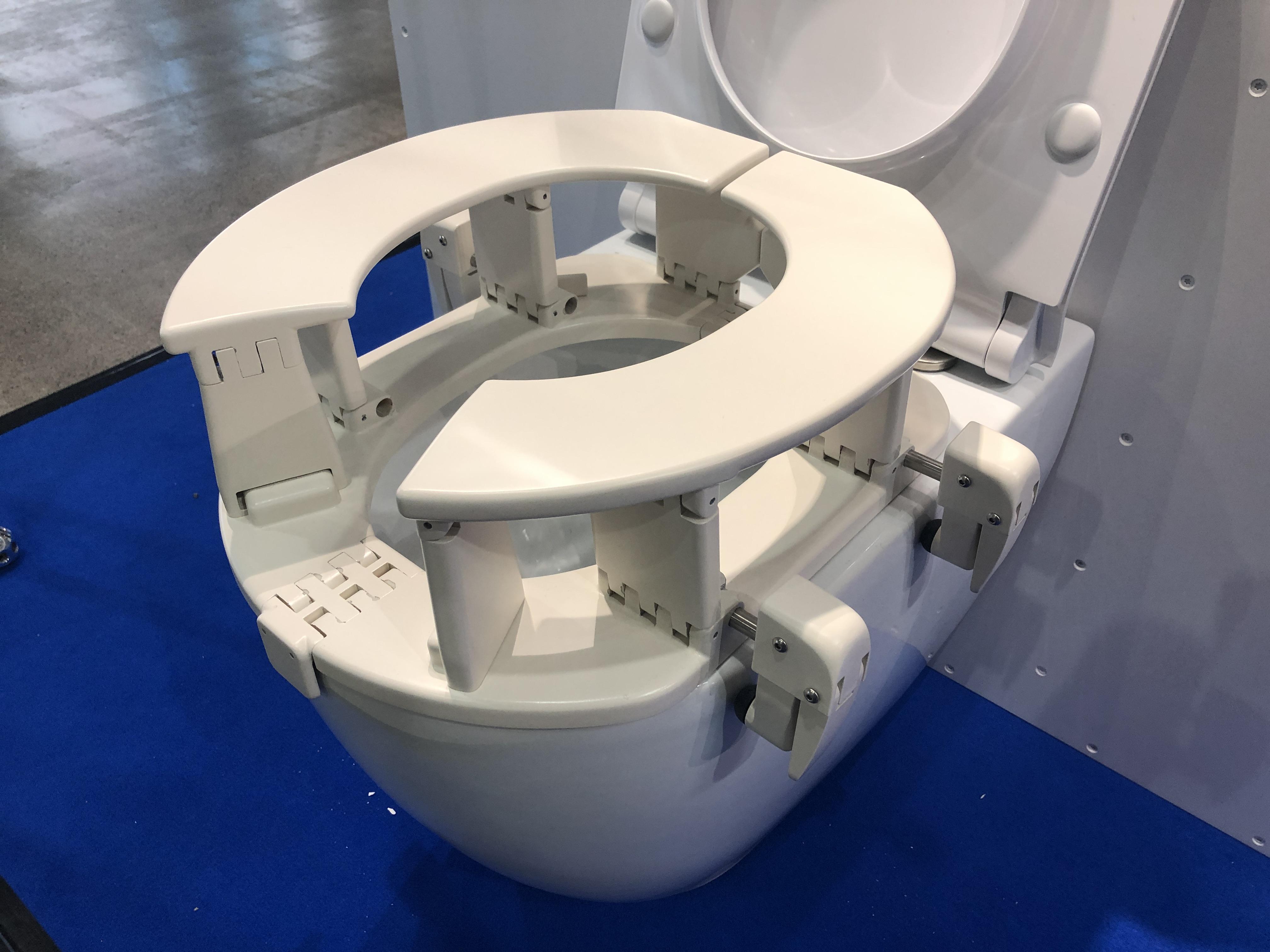 Der Reise Toilettensitz angebracht an einer Toilette