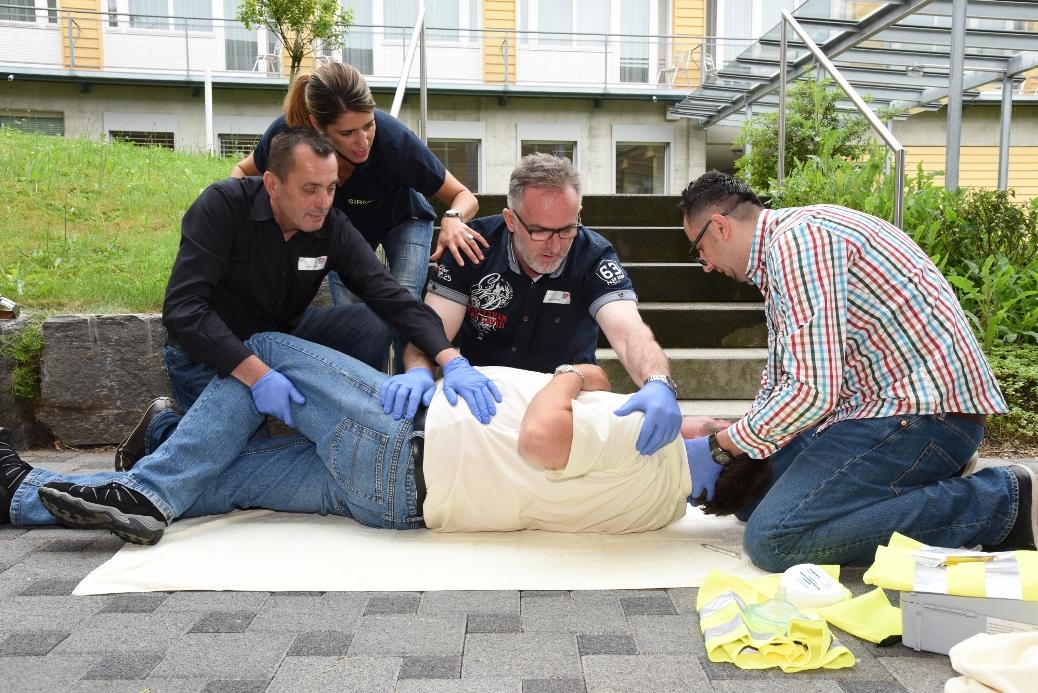 Bei einer Rettungsübung der Sirmed wird die Seitenlagerung von Wirbelsäulenverletzten geübt
