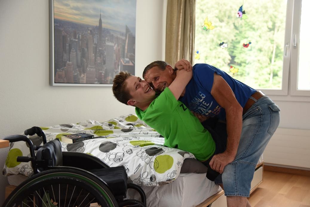 Der querschnittgelähmte Andrin Deschwanden albert gerne mit seinem Vater herum.