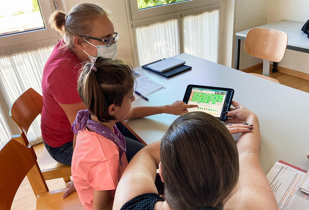 Extra - Emma est fière de montrer ce qu'elle peut faire avec son iPad.