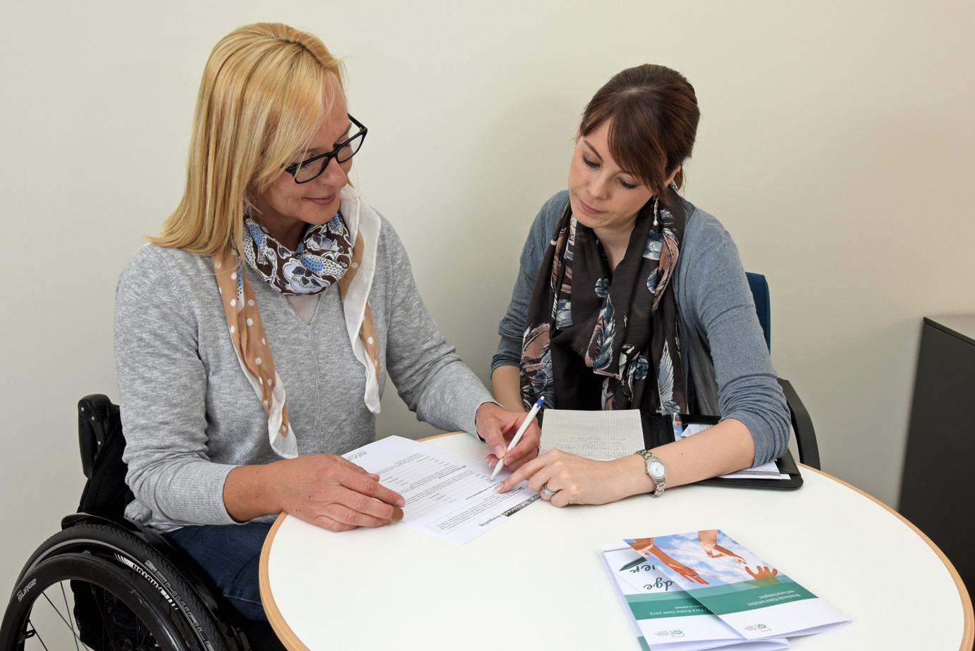 Sozialarbeiterin im Beratungsgespräch mit Patientin