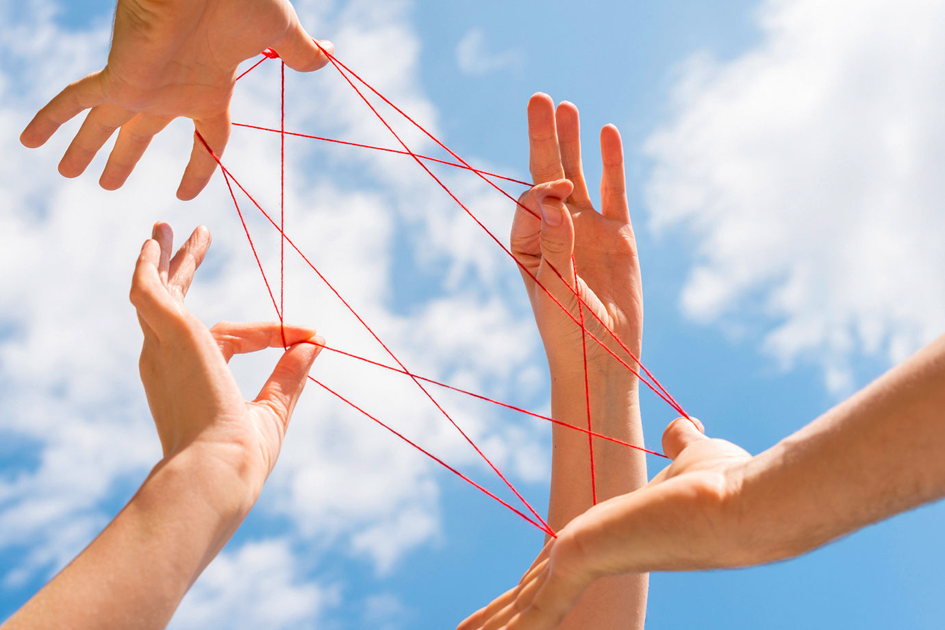 Zusammenspiel von Händen und Fäden