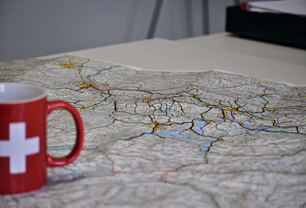 Denise fait de nombreux kilomètres. Elle a même commencé à dessiner ses trajets sur une carte routière.