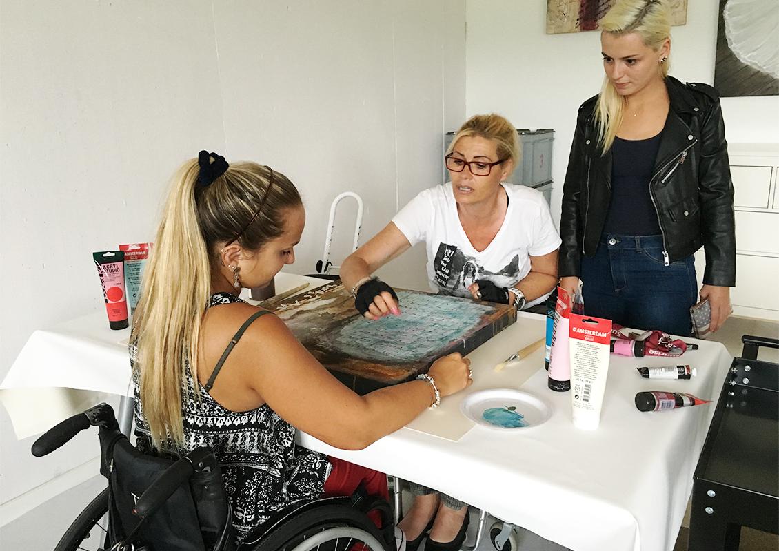 Nadia Bianda beim Malen mit einer Patientin