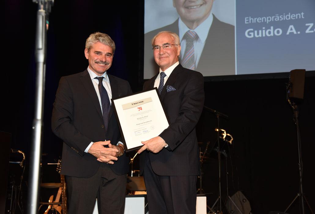 Walter Steffen verleiht Guido A. Zäch die Ehrenbürgerschaft von Nottwil.
