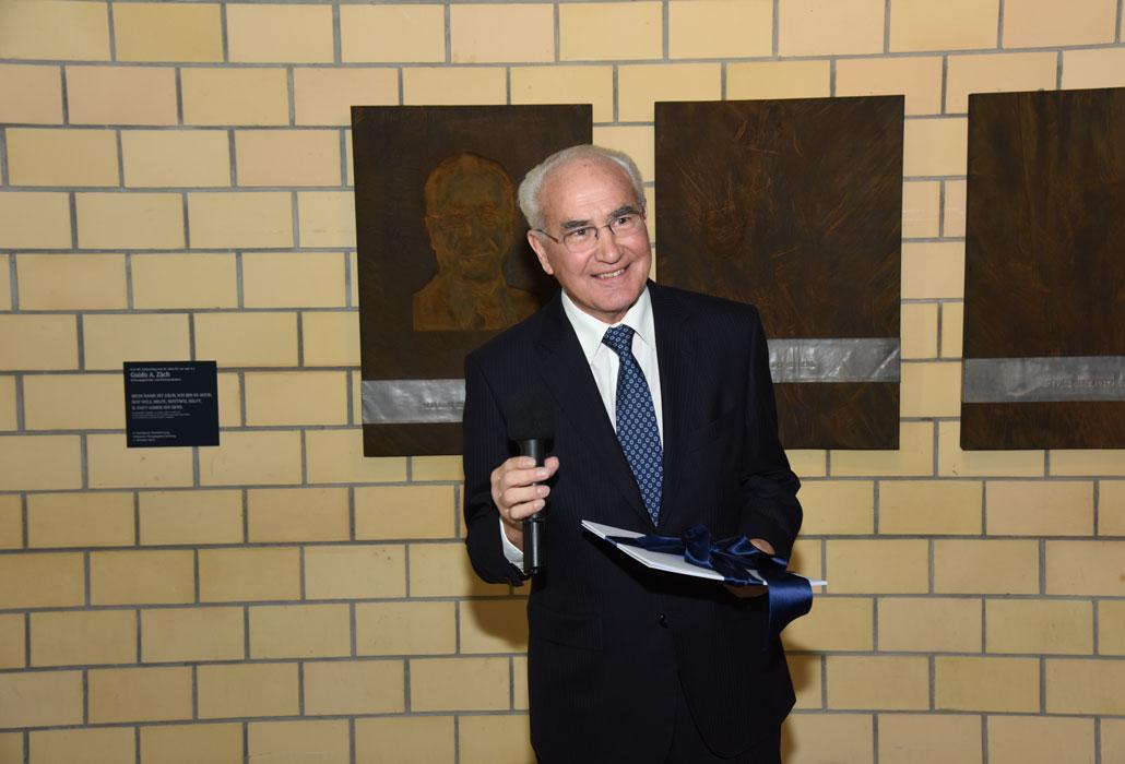 Guido A. Zäch vor seinem Geburtstagsgeschenk
