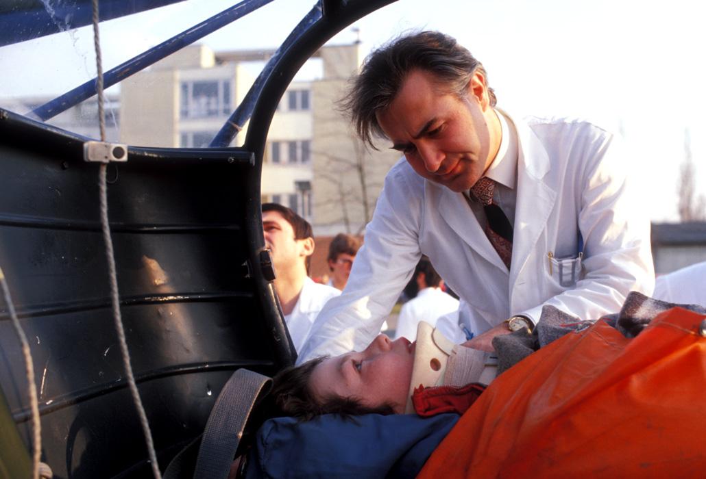 Guido A. Zäch nimmt einen Patienten in Empfang.