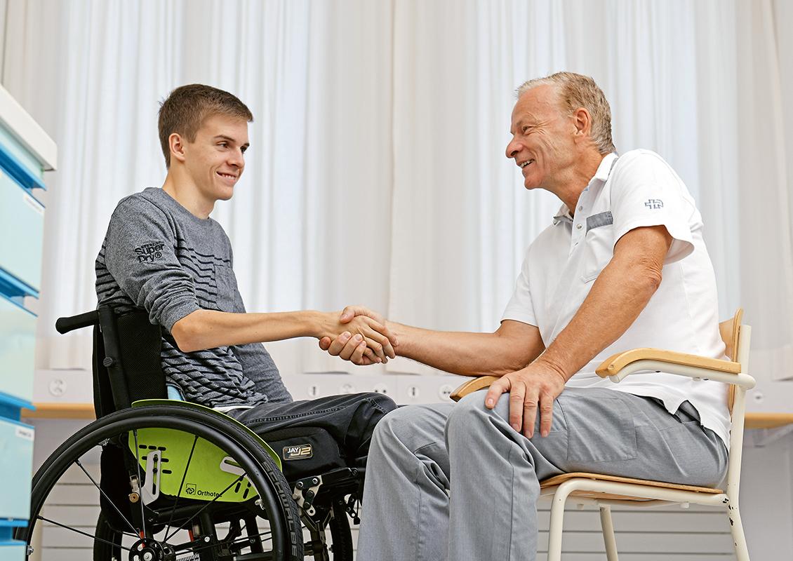 Prof. Dr  méd. Jan Fridén et son patient.