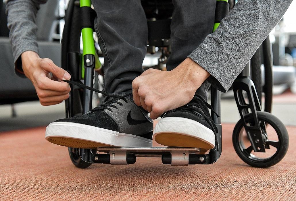 Schuhbinden nach Tetrahandchirurgie Schweizer Paraplegiker-Stiftung
