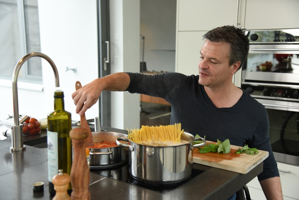 Der querschnittgelähmte Jonas Beglinger ist ein Genussmensch. Er kocht gerne, liebt Musik und Kunst. Alles, was ihn berührt, interessiert ihn.