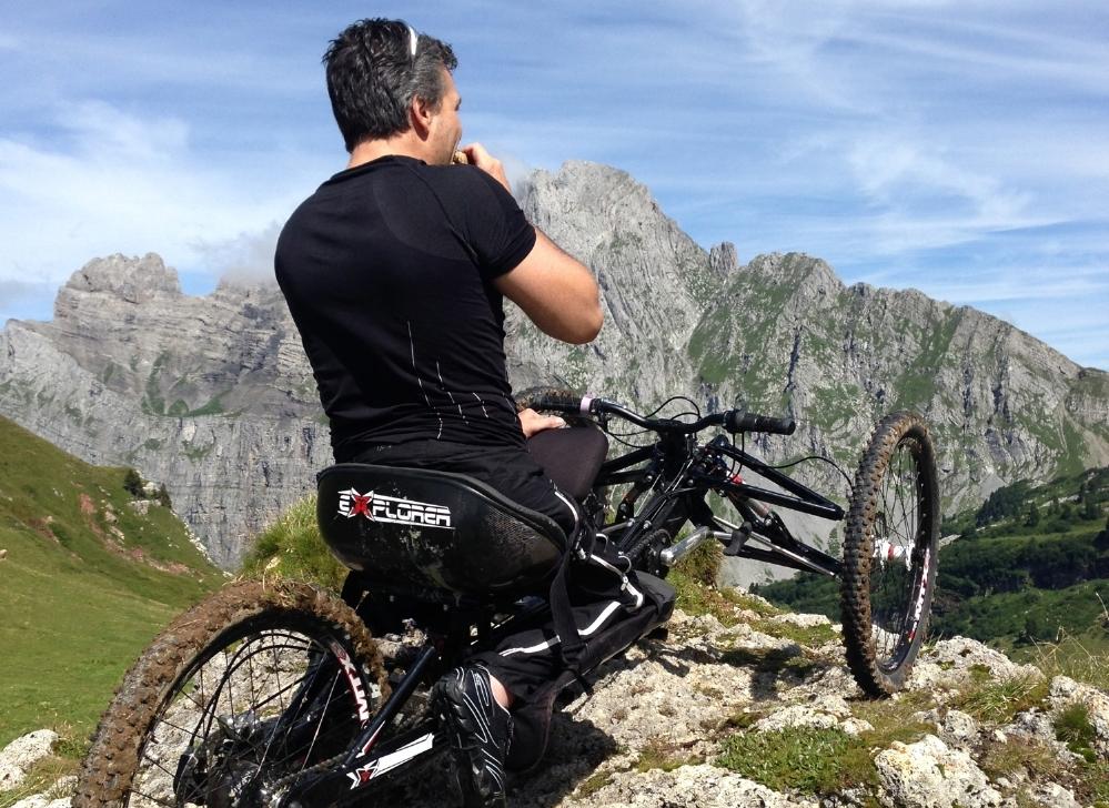 Mit seinem dreirädrigen Handbike erklimmt der Paraplegiker so manchen Gipfel.