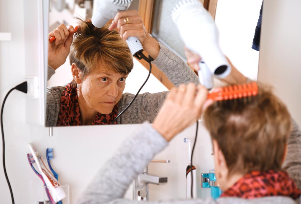Martha Gasser beim Föhnen ihrer Haare