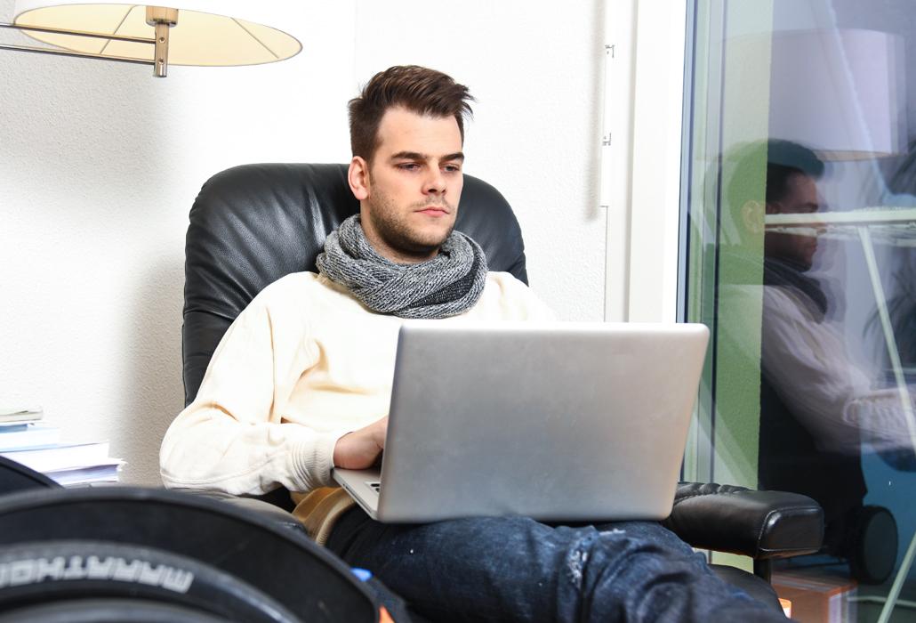Matthias Lötscher am PC_Schweizer Paraplegiker-Stiftung
