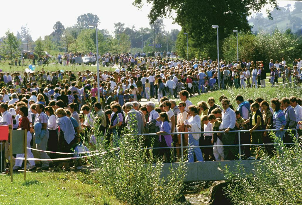 Menschenmenge zur Eröffnung des SPZ 1990