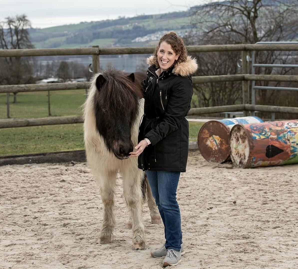 Myriam Landtwing mit dem Therapiepferd Trur