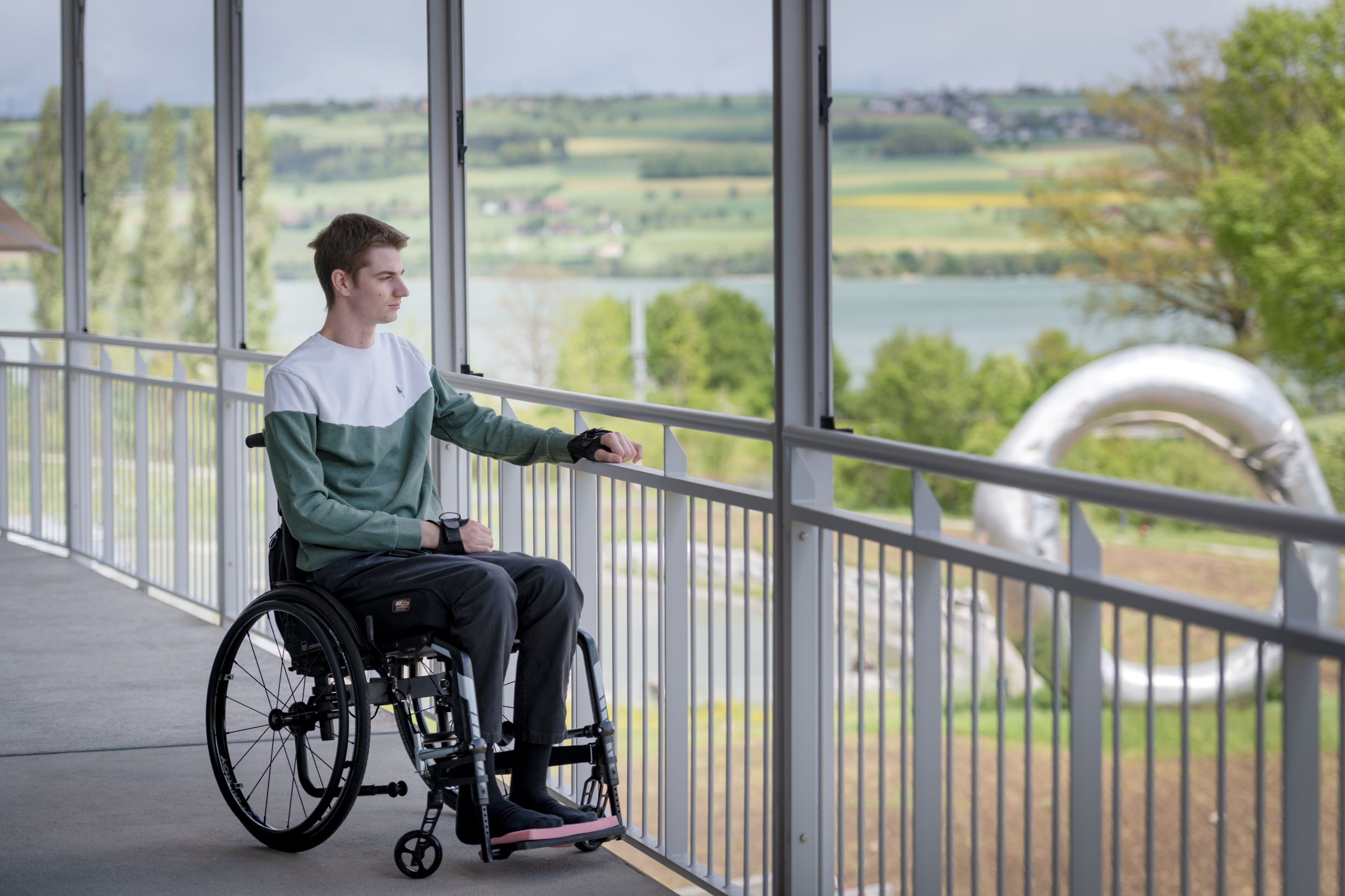 Nico nach seinem Köpfler auf dem Balkon im Schweizer Paraplegiker-Zentrum