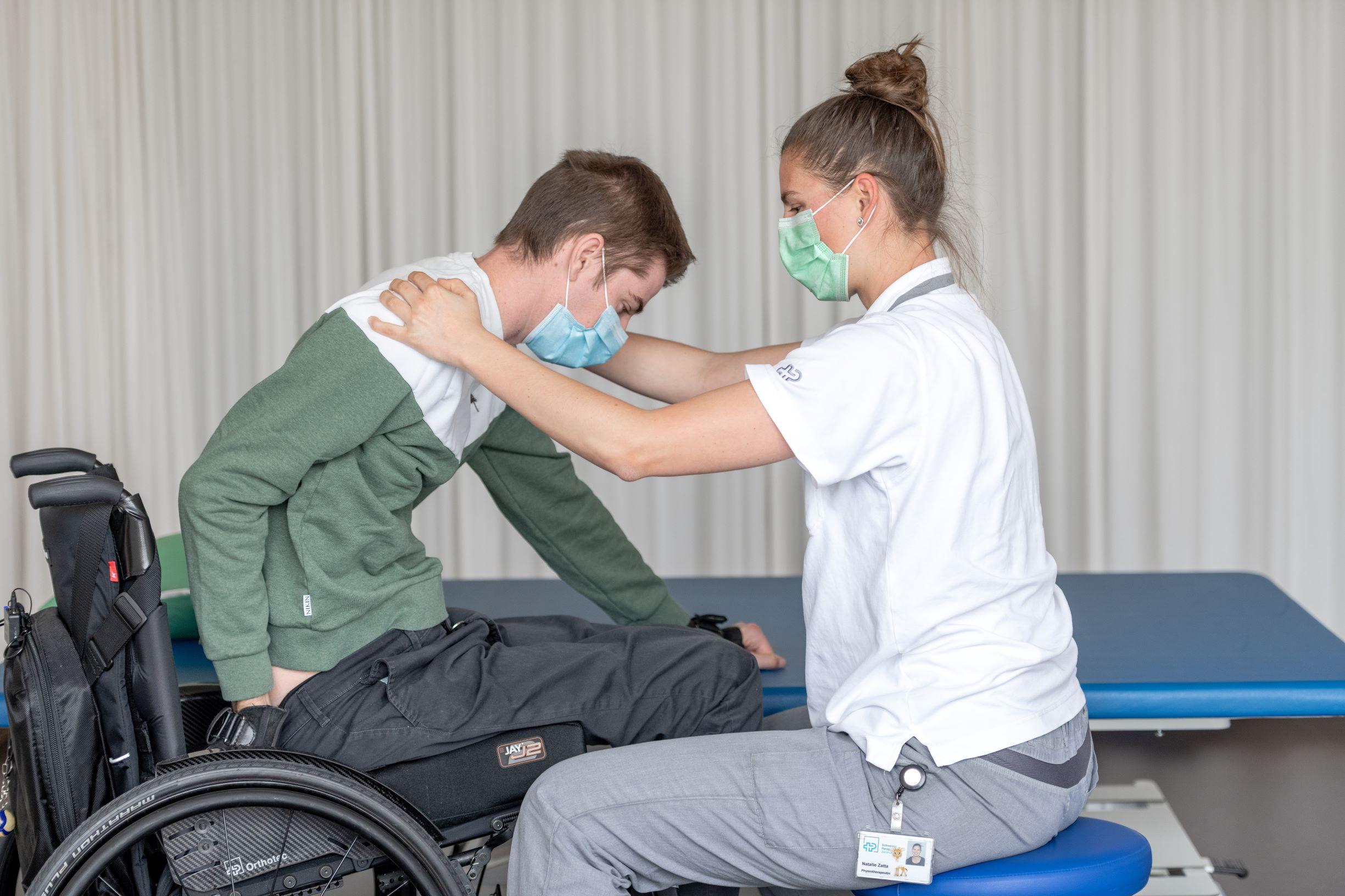 Nico bei der Physiotherapie im Schweizer Paraplegiker-Zentrum