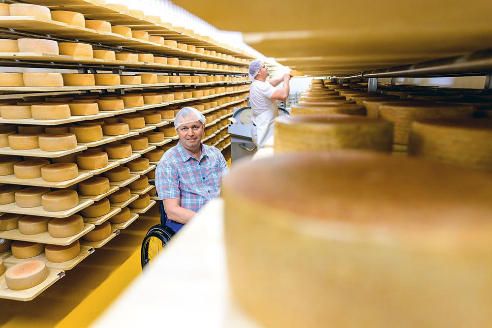 Peter Hofstetter in der Käserei