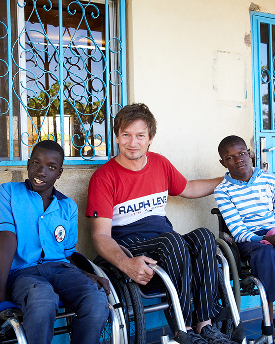 Orthotec Bewegungsfreiheit Rollstuhlspende an Afrikanische Jungs