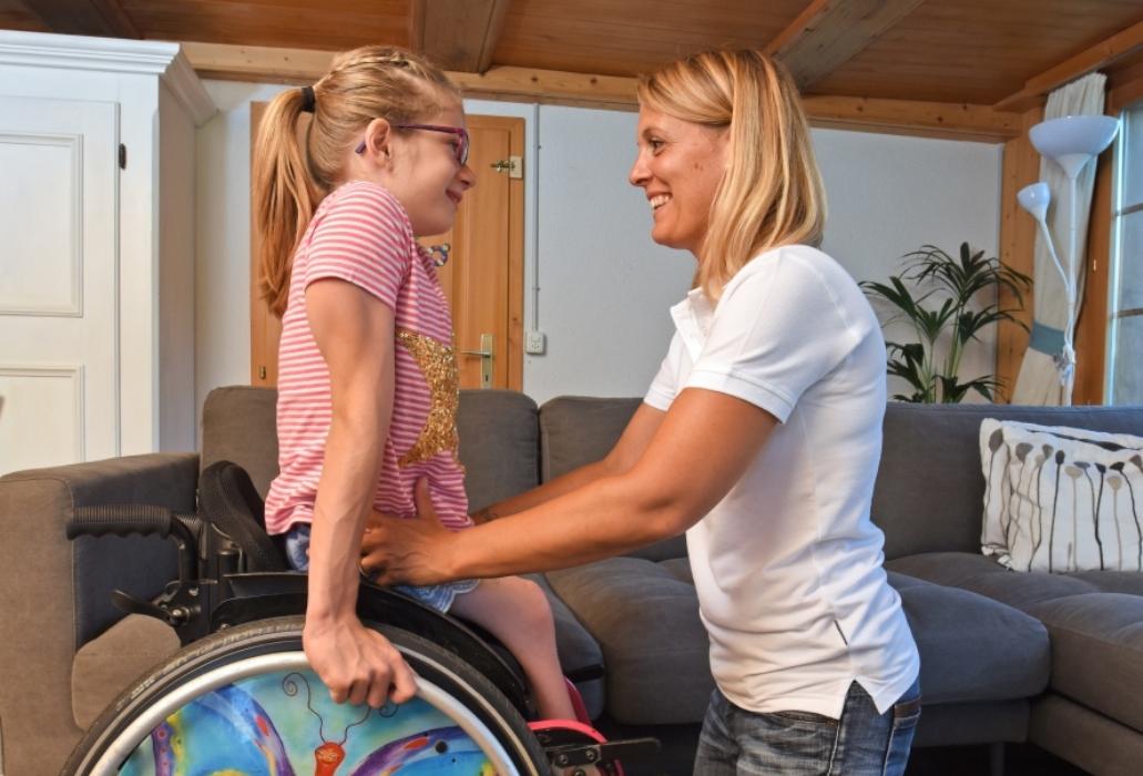 Die Elfjährige Linda Lüthi wird von Andrea Violka, Mitarbeiterin von ParaHelp besucht und unterstützt.