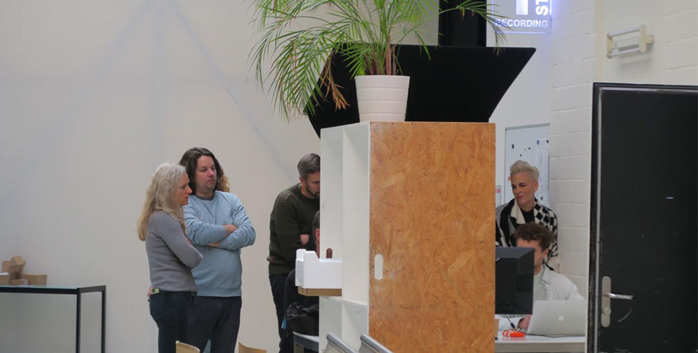 produktionsteam-an-der-cut-station
