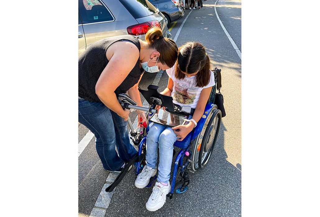Arrivée à sa voiture, Denise sort les outils pour réparer le support de l'iPad, comme promis.