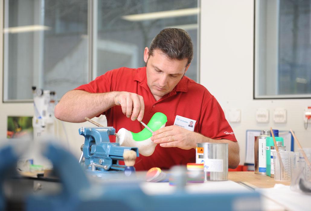 Orthopädietechnik Arbeit an einer Prothese