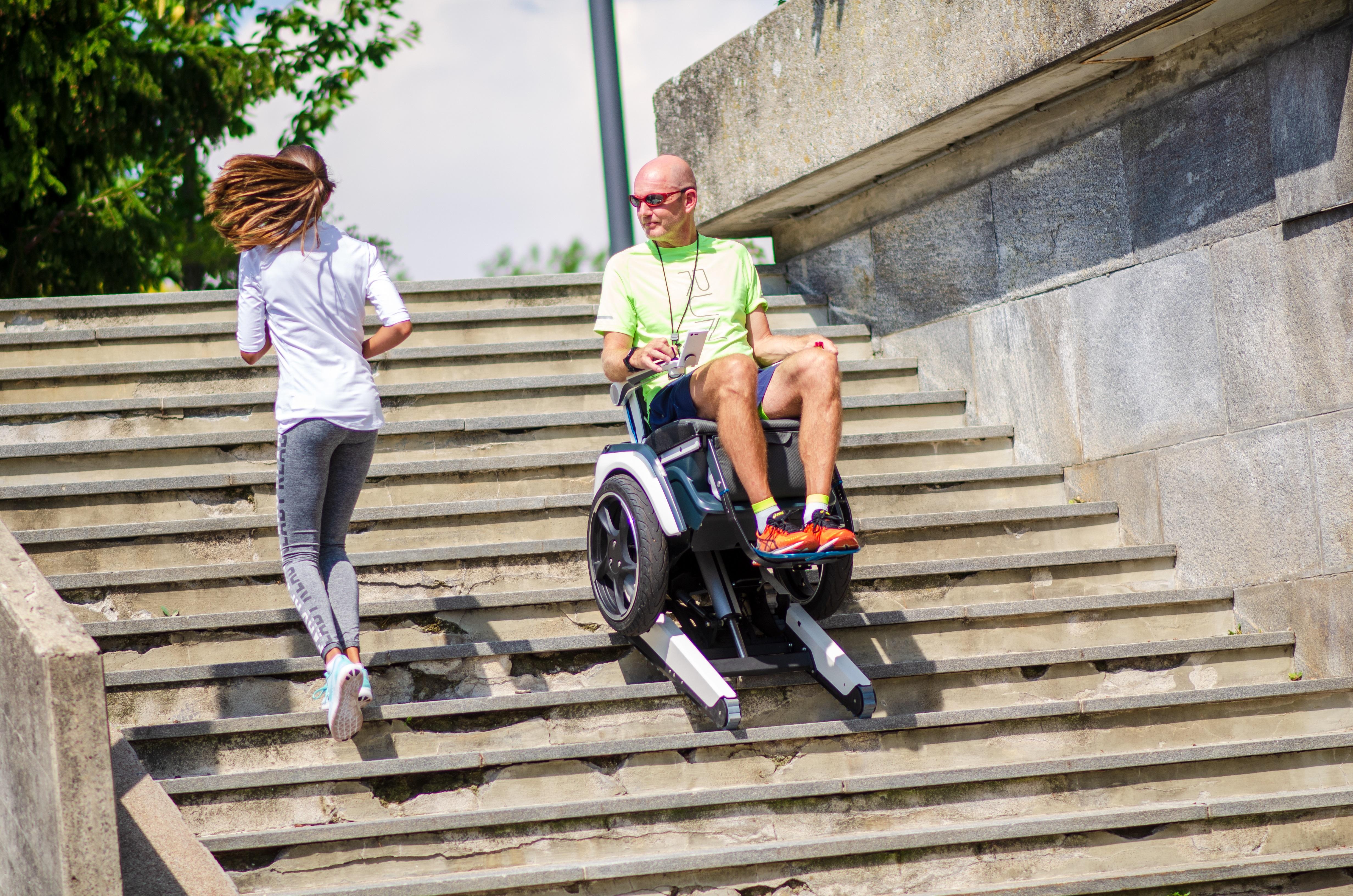 Bild eines Secwo-Rollstuhls, der eine Treppe hochfährt