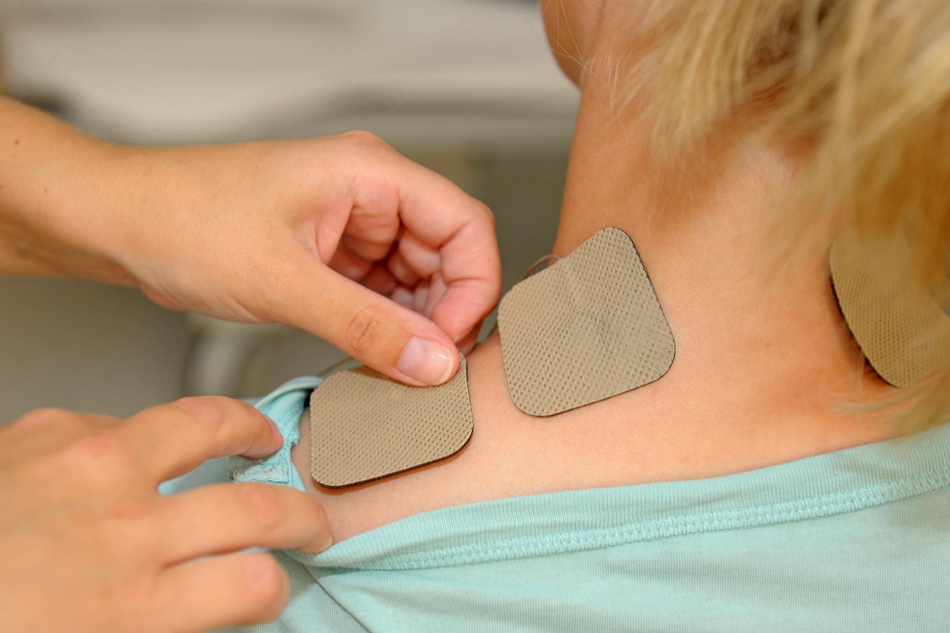 Schmerztherapie mit TENS-Gerät im Zentrum für Schmerztherapie