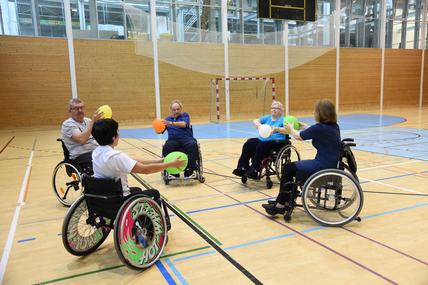 Sporttherapie Spiele im Rollstuhl